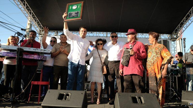 La comunidad de Cristo Rey reconoció al alcalde David Collado por su entrega y dedicación a beneficio de este sector.