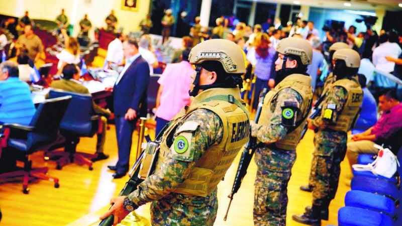 Bukele irrumpe con militares en Congreso para exigir préstamo