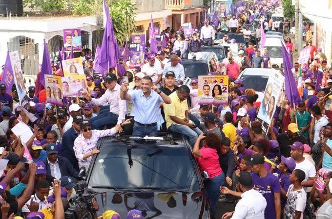 Luis Alberto cierra campaña con masivo acto político en Santo Domingo Este