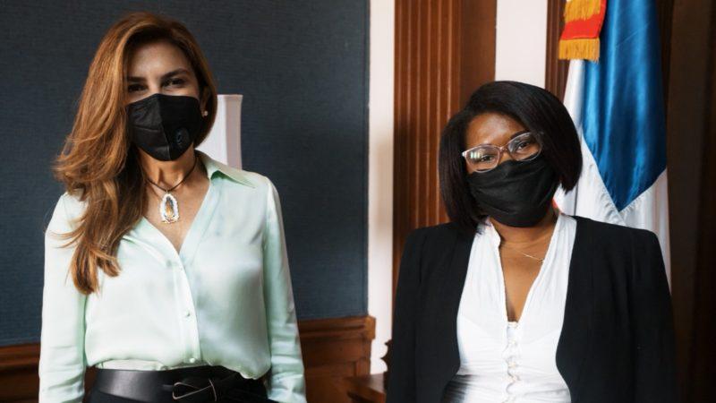 Alcaldesa del Distrito Nacional promueve joven barrendera al departamento legal de la institución