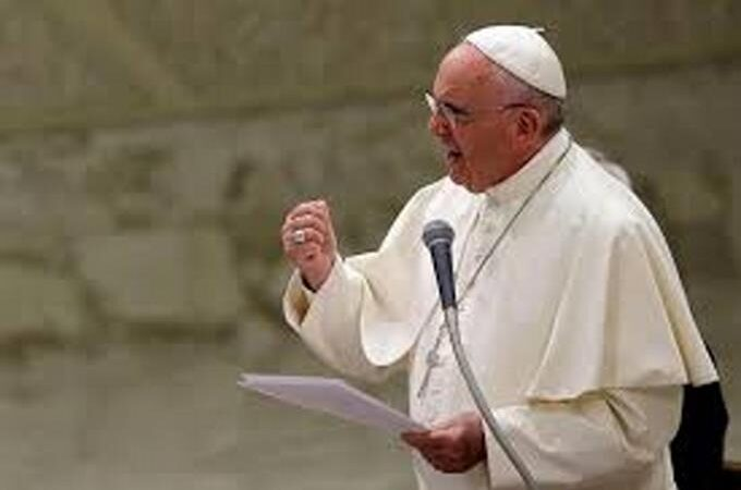 """El papa Francisco no presidirá la misa de fin de año por una """"dolorosa ciática"""""""