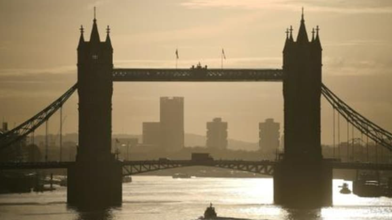 Prohíben en Londres reuniones privadas en espacios cerrados para frenar la pandemia