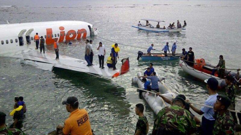 Indonesia confirma que cayó al mar avión con 62 personas a bordo