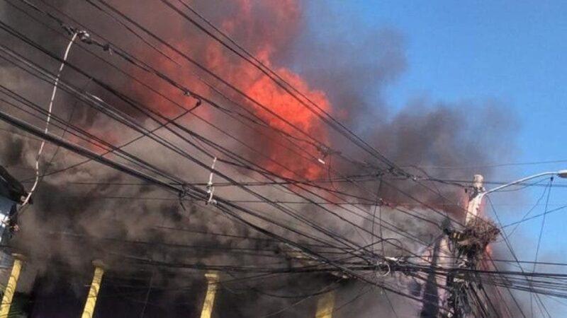 Incendio afecta local del PLD en Santiago