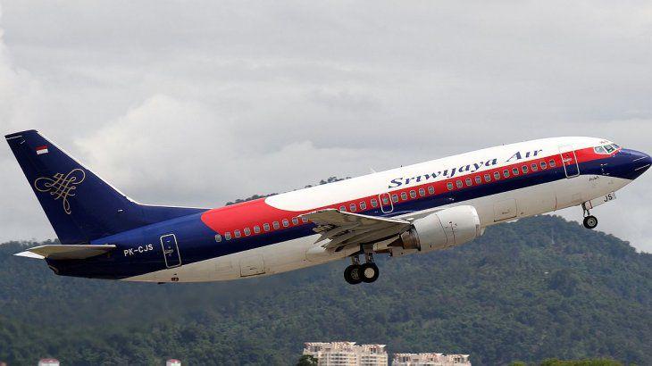 Desaparece un avión con 62 personas a bordo en Indonesia