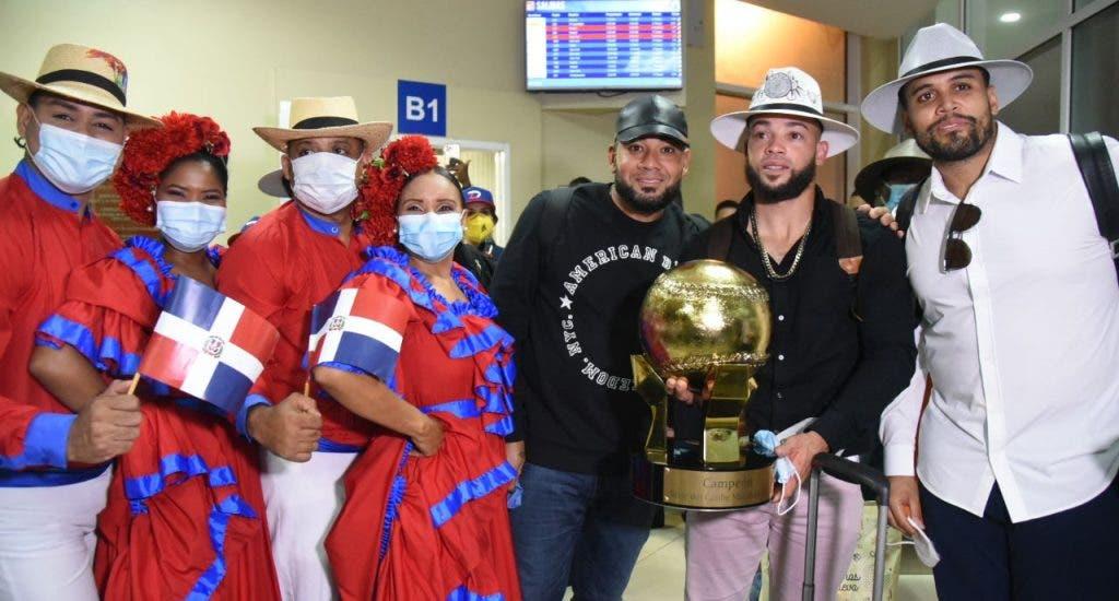 Con vistosos sombreros, los campeones Águilas Cibaeñas arribaron anoche al país