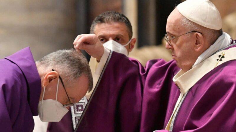 Miércoles de Ceniza: Papa celebra misa con pocos fieles y nuevo rito