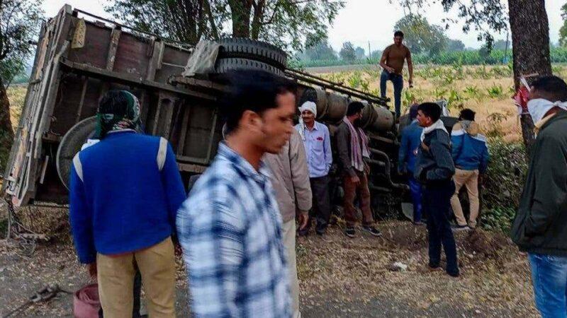 Al menos 16 muertos al volcar un camión con jornaleros en la India