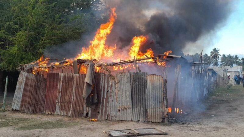 Policía incendia gallera clandestina en Azua