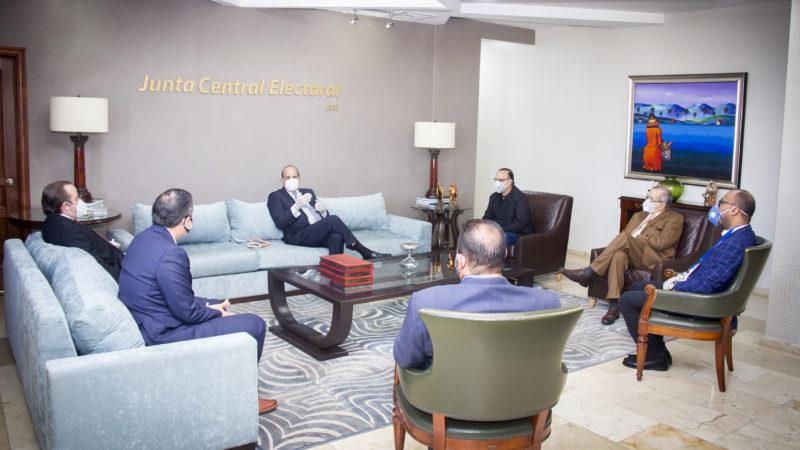 Presidente JCE recibe visita de representantes de partidos políticos PRM, PRSC y FP