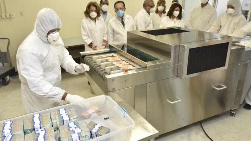 Autoridades del Banco Central dejan en funcionamiento equipo de rayos ultravioleta para desinfección de billetes