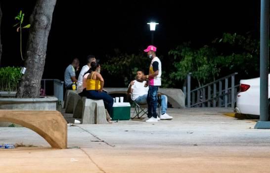 Fiestas, alcohol y cero distanciamiento social, en primera noche tras final del toque de queda