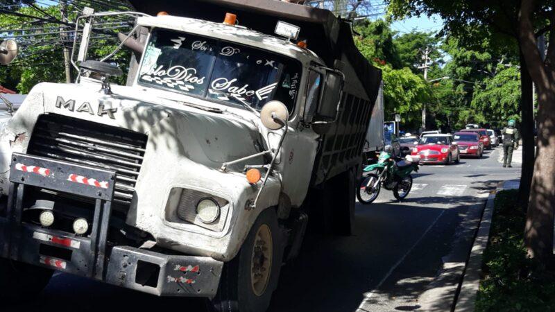 Camión lleno de arena a punto de voltearse en Av. Independencia