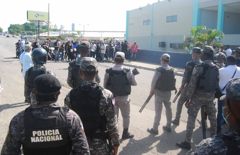 Carolina Mejía dialoga con los vendedores de las pulgas