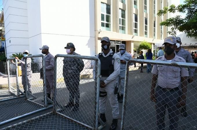 Agentes policiales custodian Fiscalía del Distrito ante llegada de la familia Rosario