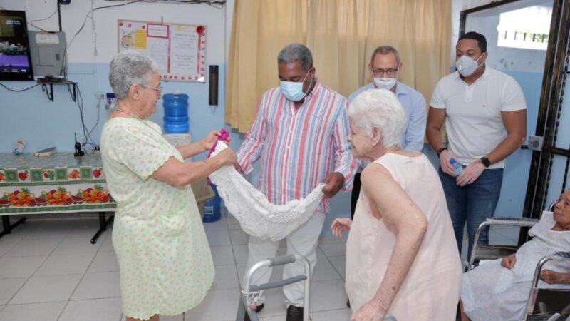 Gabinete de Política Social entrega sillas de ruedas y raciones alimenticias a asilos en el Gran Santo Domingo