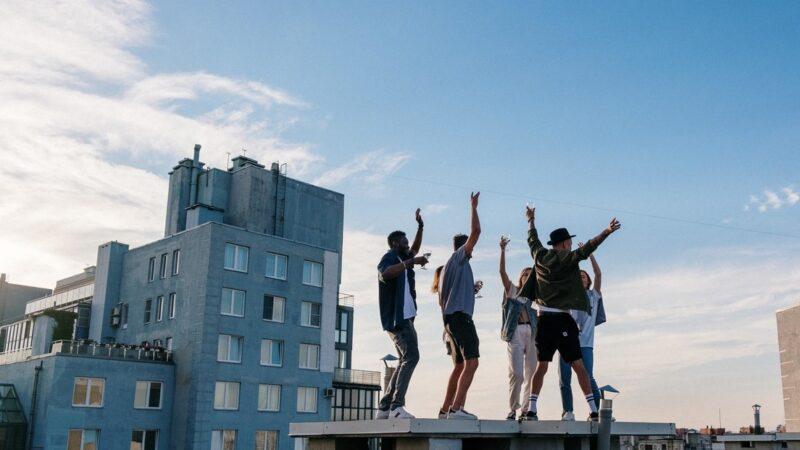 Dos adolescentes caen desde la azotea de un edificio mientras se tomaban selfis en una fiesta