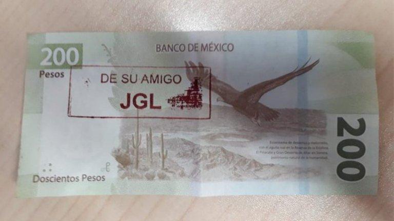 """""""De su amigo JGL"""": los billetes con las iniciales del """"Chapo"""" que salen del cajero y son válidos"""