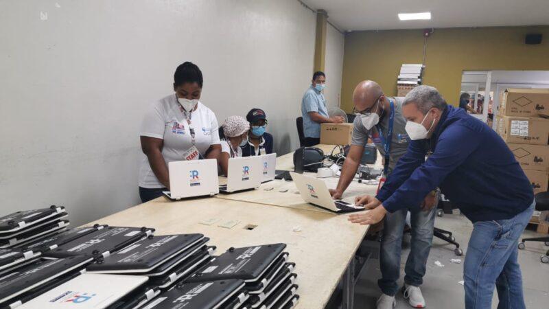 JCE finaliza clonado de 9 mil laptops que entregará al MINERD; informa también que auxilia en la configuración de 50,000 equipos para el programa de educación a distancia