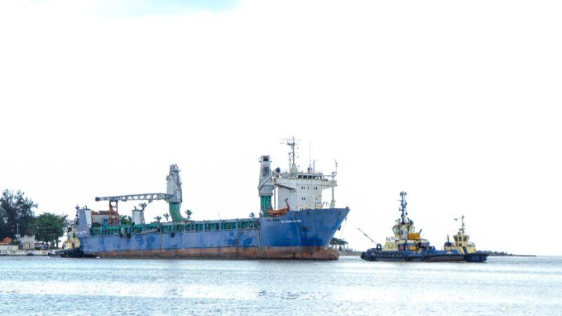 Trasladan barco Bel Divina Pastora atracado por siete años en el Puerto de Boca Chica