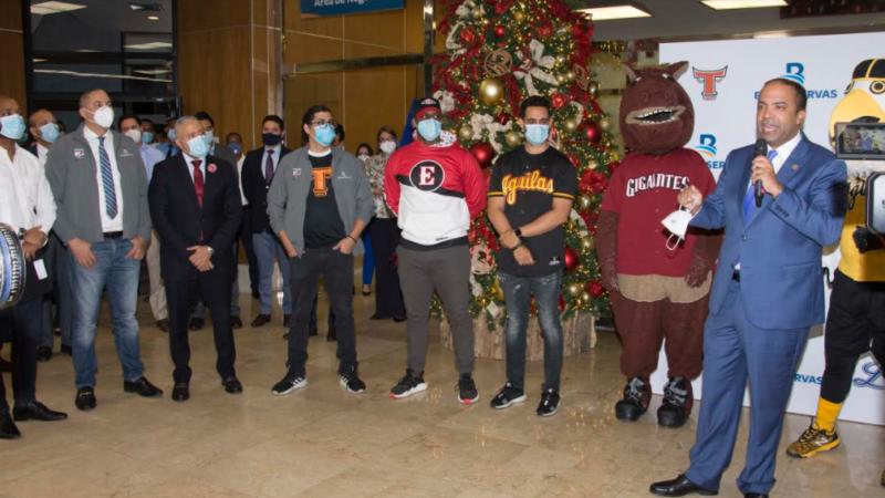 Mascotas de equipos calientan inicio temporada de béisbol en oficinas Banreservas