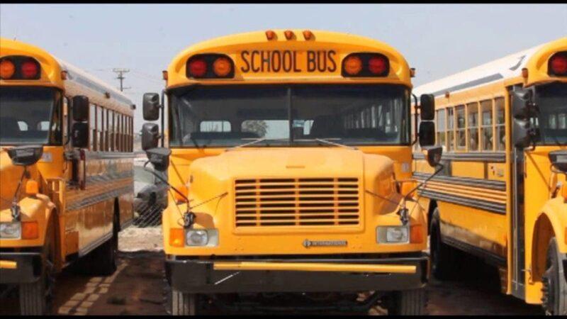 Adolescentes queman 5 autobuses escolares