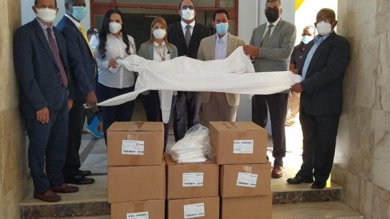 Parlacen entrega trajes bioseguridad al Hospital San Vicente de Paúl de SFM