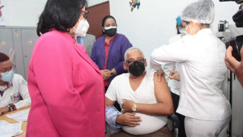 En la UASD vacunarán a partir de este miércoles a personas mayores de 65 años