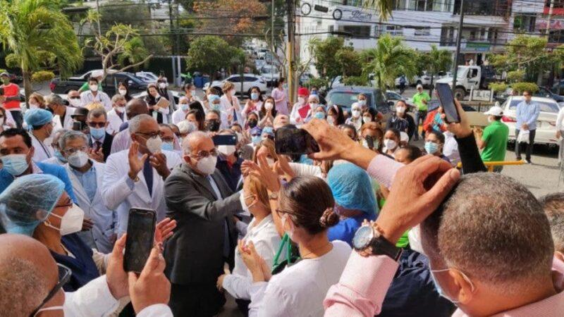 Exministro de Salud es recibido como un héroe en Santiago