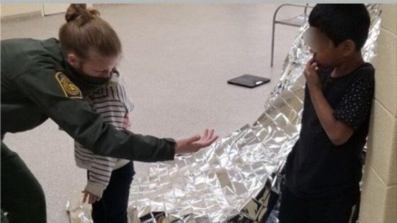 Rescatan a hermanos de 5 y 6 años solos en la frontera entre EEUU y México