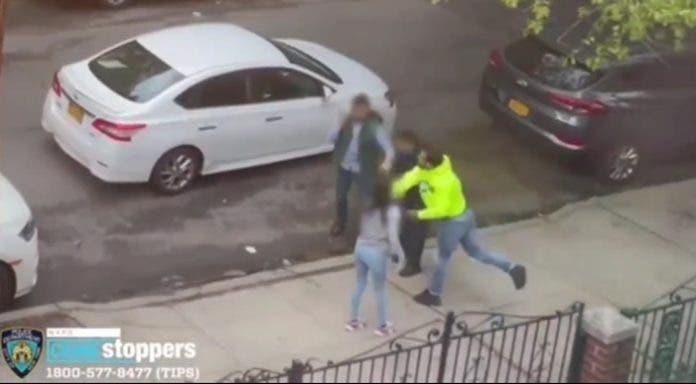 Hombre golpea padre e hijo en Queens por simple choque vehicular; policía arresta agresor