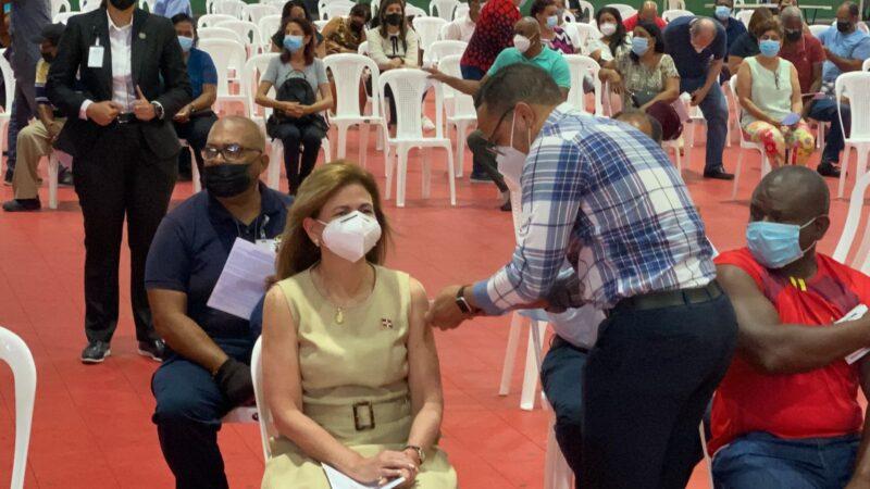 Vicepresidenta Raquel Peña recibe primera dosis de vacuna contra el coronavirus