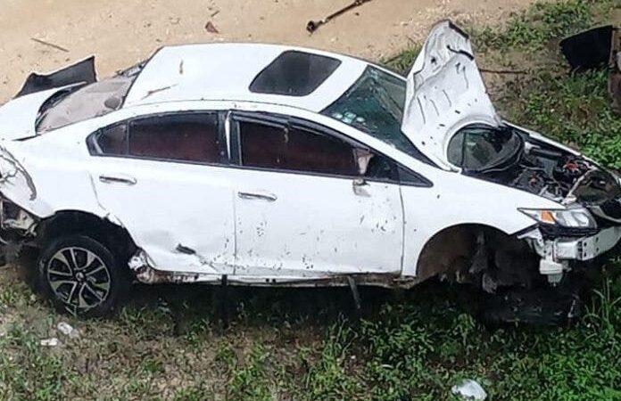 Tres heridos tras caer carro de un puente en La Romana