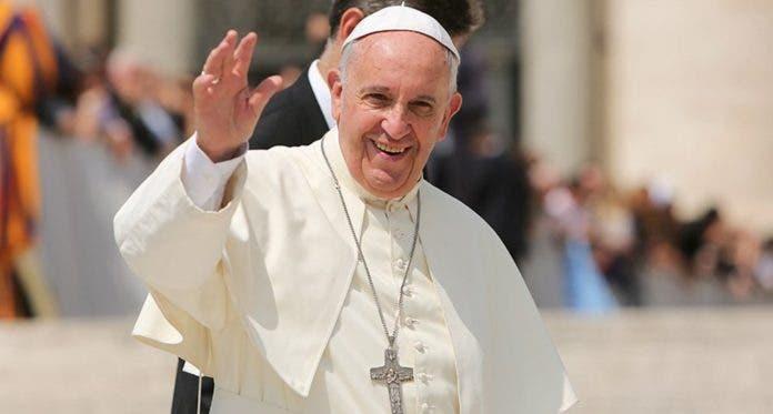 El papa Francisco desayuna, lee los periódicos y da un paseo tras cirugía